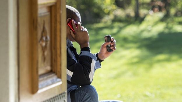 Ein Asylsuchender am Telefon