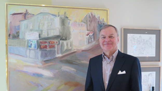 Rudi Bindella steht vor einem Kunstwerk im Restaurant Teatro.
