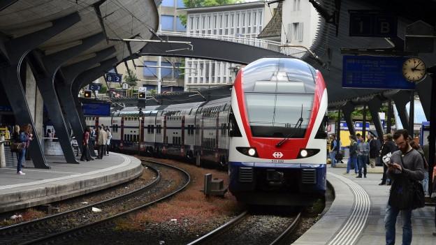 Eine S-Bahn fährt in den Bahnhof Stadelhofen ein.