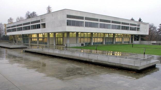 Kantonsschule Freudenberg im Regen