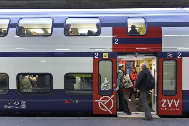 Eine Abfahrbereite S-Bahn, ein letzter Passagier steigt ein