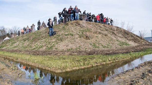 Menschen auf einem Hügel, mit Kameras