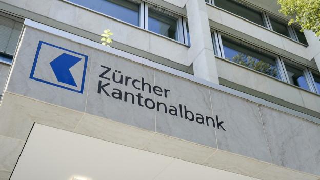 Logo der ZKB an einem Bankgebäude