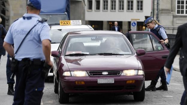 Polizistin kontrolliert Autofahrer