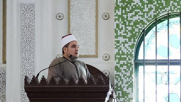 Ein Imam hält in einer Moschee eine Predigt