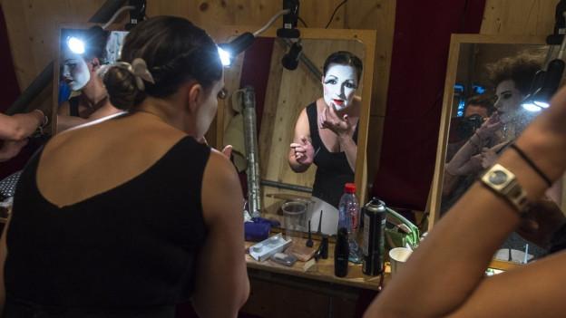 Eine Theatergruppe schminkt sich in der Garderobe am Zürcher Theater Spektakel.