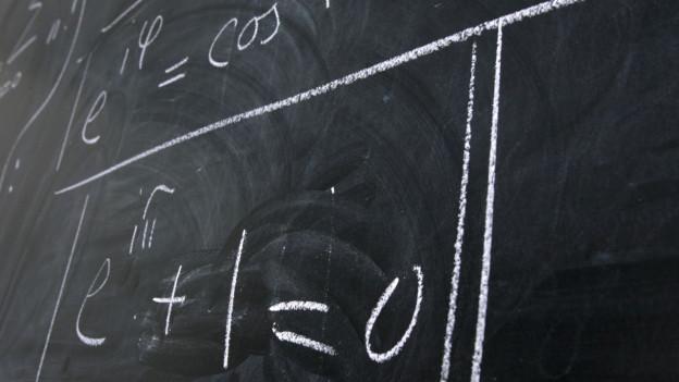 Eine Wandtafel mit mathematischen Formeln