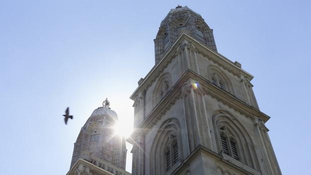 Der Glockenturm einer Kirche im Sonnenschein.