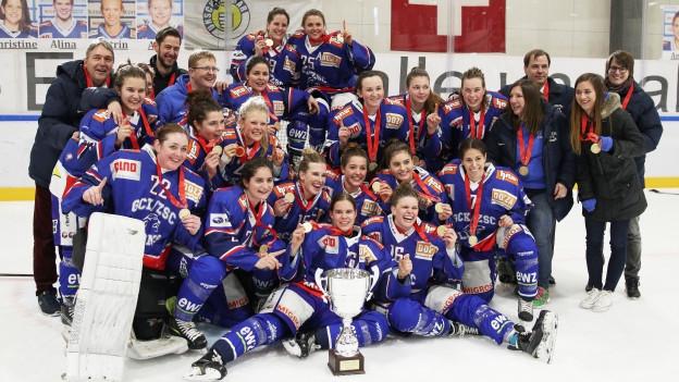Die ZSC Lions Frauen feiern ihren Sieg.