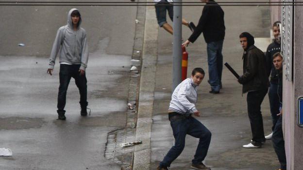 Polizisten im Einsatz gegen rivalisierende Fussballfans