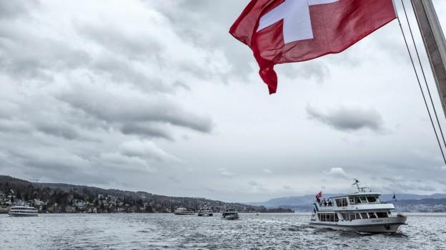 Flottenparade auf dem Zürichsee bei schlechtem Wetter