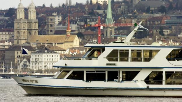 Ein Schiff auf dem Zürichsee, dahinter die Stadt Zürich