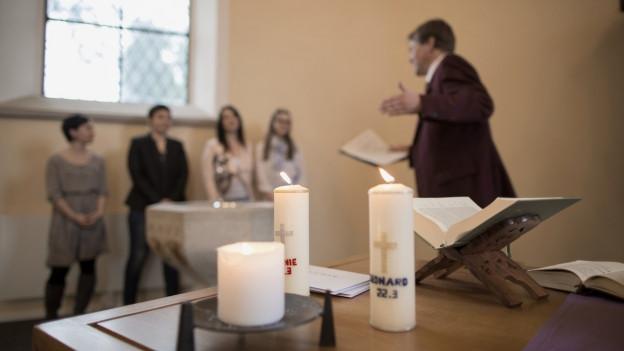 In der Kircher oder auch nicht. Die Reformierten möchten den Bedürfnissen der Taufeltern entgegen kommen.