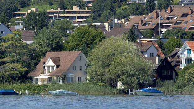 In Meilen steht ein Einfamilienhaus direkt am Zürichsee.