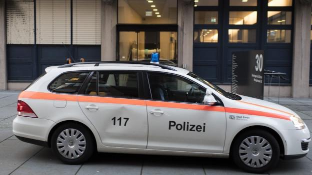 Ein Polizeiauto vor dem Zürcher Bezirksgericht.