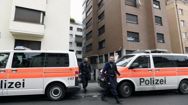 Polizeiautos vor zwei Hochhäusern in Zürich.