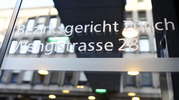 Gläserne Eingangstüre mit dem Schriftzug Bezirksgericht Zürich