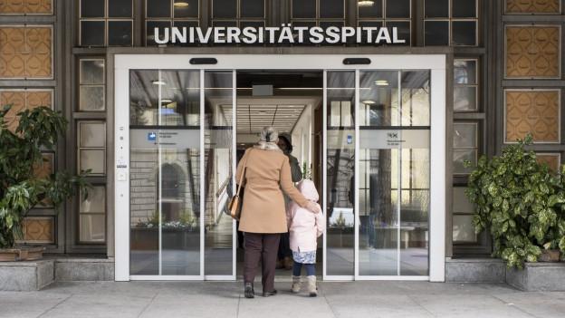 Viele Patienten gingen im Universitätsspital ein und aus.