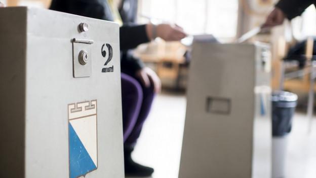 Eine Wahlurne steht bereit.