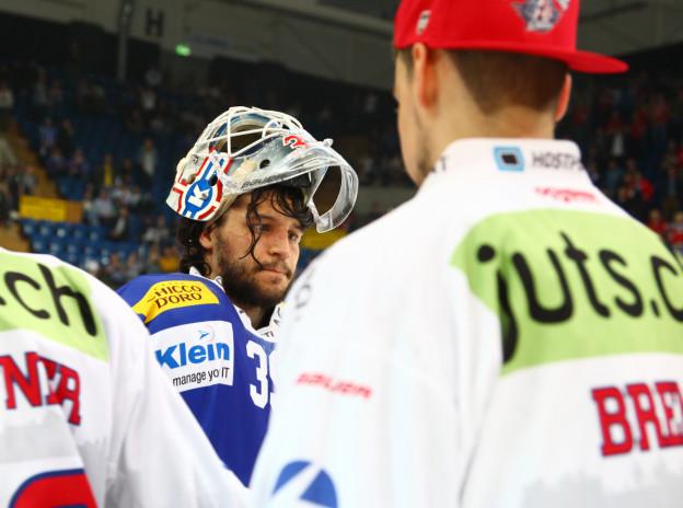 Ein Eishockeyspieler mit zurückgeklapptem Helm