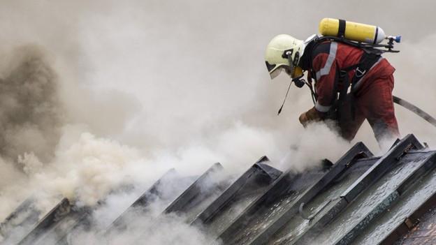 Löscharbeiten auf dem Dach eines UBS-Gebäudes in der