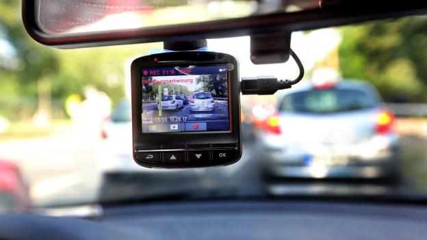 Videokamera in der Frontscheibe eines Autos