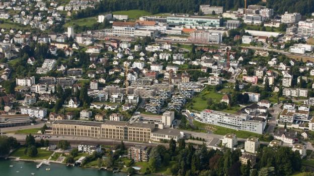 Eine Gemeinde am See - aus der Luft fotografiert