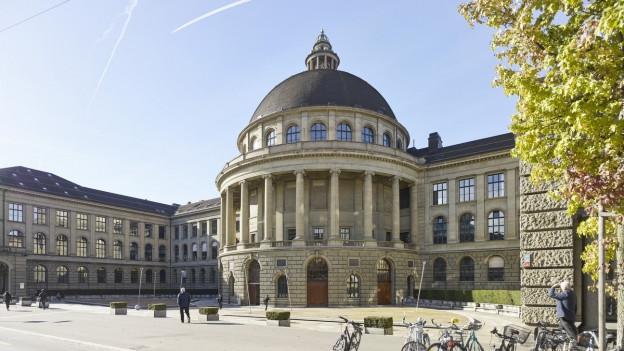 Eingang des Hauptgebäudes der ETH Zürich an der Rämistrasse