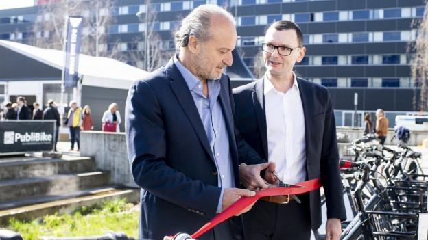 Der Zürcher Stadtrat Filippo Leutenegger «eröffnet» das Publibike-Angebot.