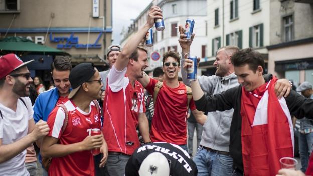 Eine Gruppe von jungen Leuten beim Feiern eines Siegs der Schweizer Fussballnationalmannschaft an der Zürcher Langstrasse.