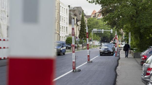 Frisch aspahltierte Strasse im Zürcher Enge-Quartier