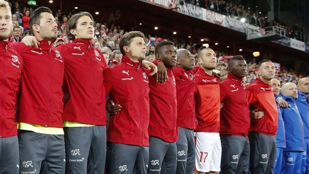 Schweizer Fussballer beim Abspielen der Nationalhymne