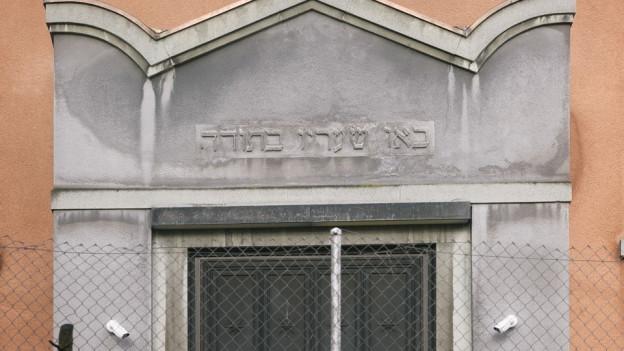 Die Moschee des ICZ in Zürich mit Überwachungskameras.