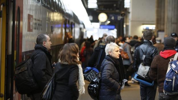 Menschenn steigen aus einem Zug