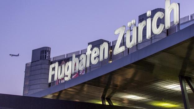 Flughafengebäude mit Aufschrift