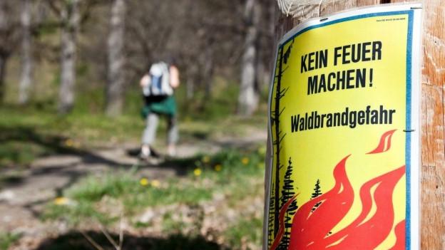 Ein Schild im Wald warnt vor grosser Waldbrandgefahr.