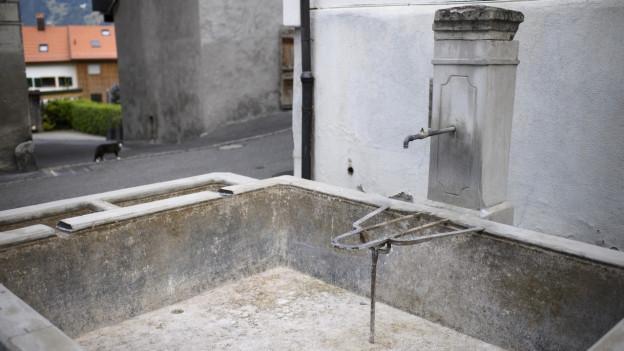 ein Dorfbrunnen ohne Wasser