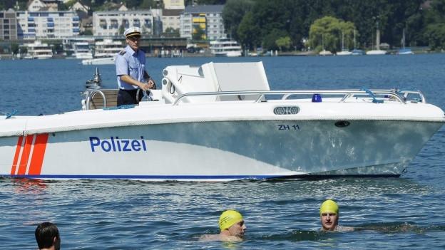 Ein Polizist auf einem Boot fährt auf dem Zürichsee.