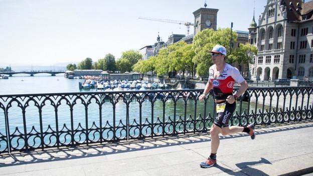Triathlet Ronny Schildknecht auf der Laufstrecke des Ironman Switzerland in der Zürcher Innenstadt.