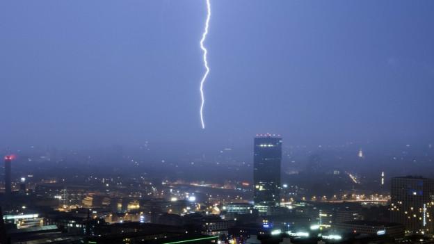 Ein Blitz schlägt während eines Gewitters in der Stadt Zürich ein.