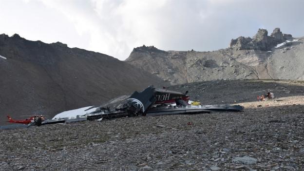 Trümmer eines Flugzeuges auf Geröllfeld in den Bergen