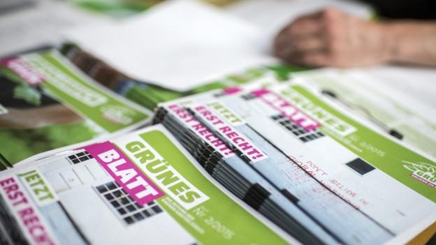 Ein Stappel Zeitungen, die die Grünen für die Zürcher Regierungsratswahlen 2015 gedruckt haben.