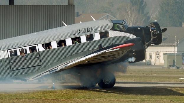 Eine Maschine der Ju-Air rollt über den Flugplatz Dübendorf.