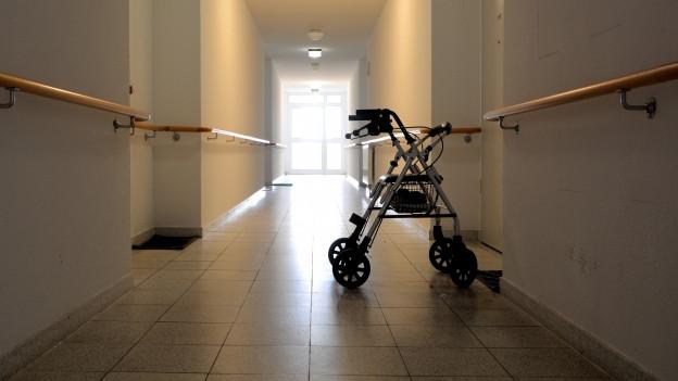 Ein langer Gang in einem Altersheim (Symbolbild)