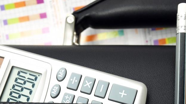 Taschenrechner und Schreibmaterial