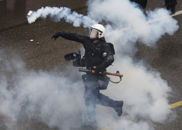 Polizist während eines Einsatzes in der Zürcher Innenstadt (Symbolbild)