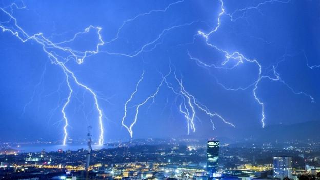 Nachthimmel mit Blitzen über Stadt