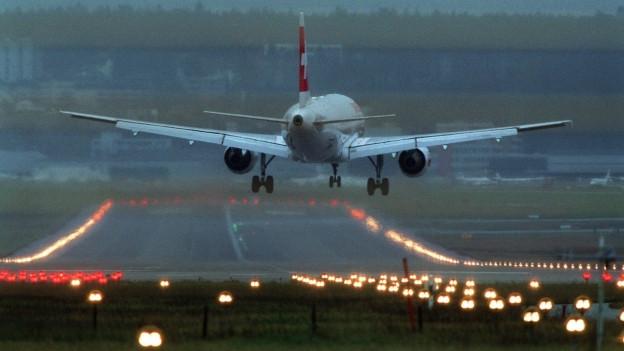 Flugzeug landet bei Dämmerung