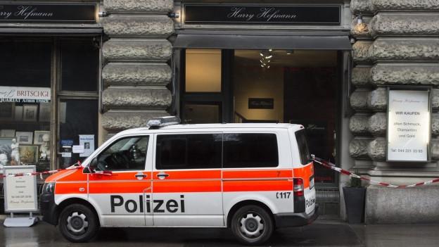 Bijouteriegeschäft mit Polizeiauto