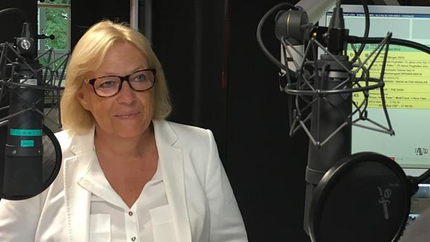 Frau mit blonden Haaren in einem Radio-Studio